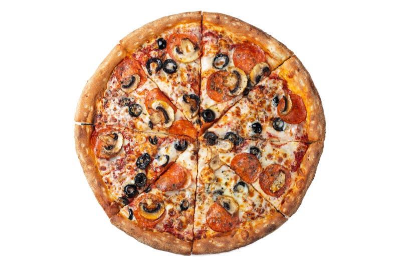 Odizolowywający na białej smakowitej pepperoni pizzy z oliwkami fotografia stock