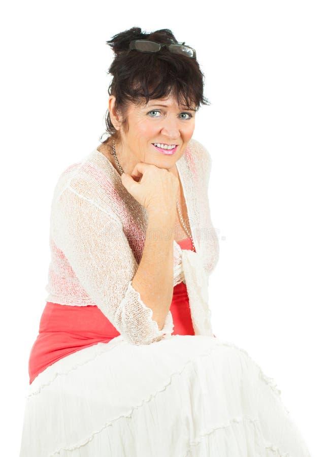 Odizolowywająca na biel atrakcyjna dojrzała kobieta. obrazy stock