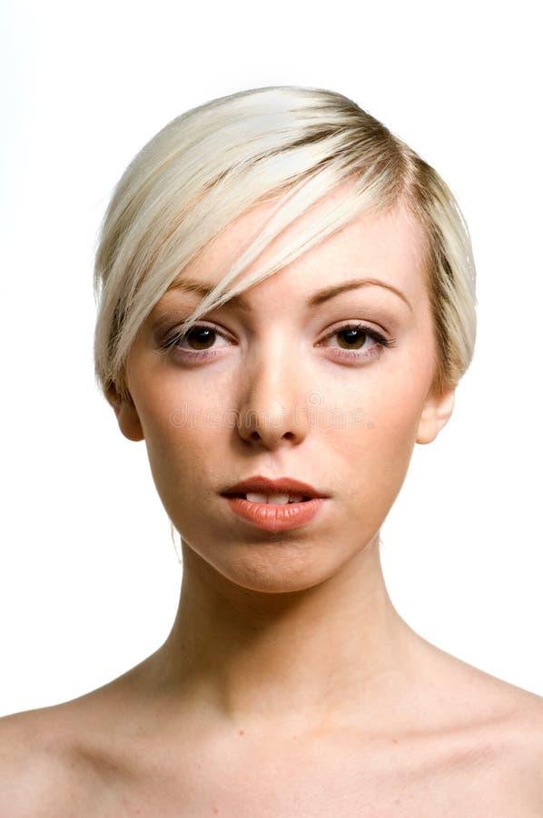 Odizolowywająca na biel blondynki piękna młoda kobieta zdjęcia stock