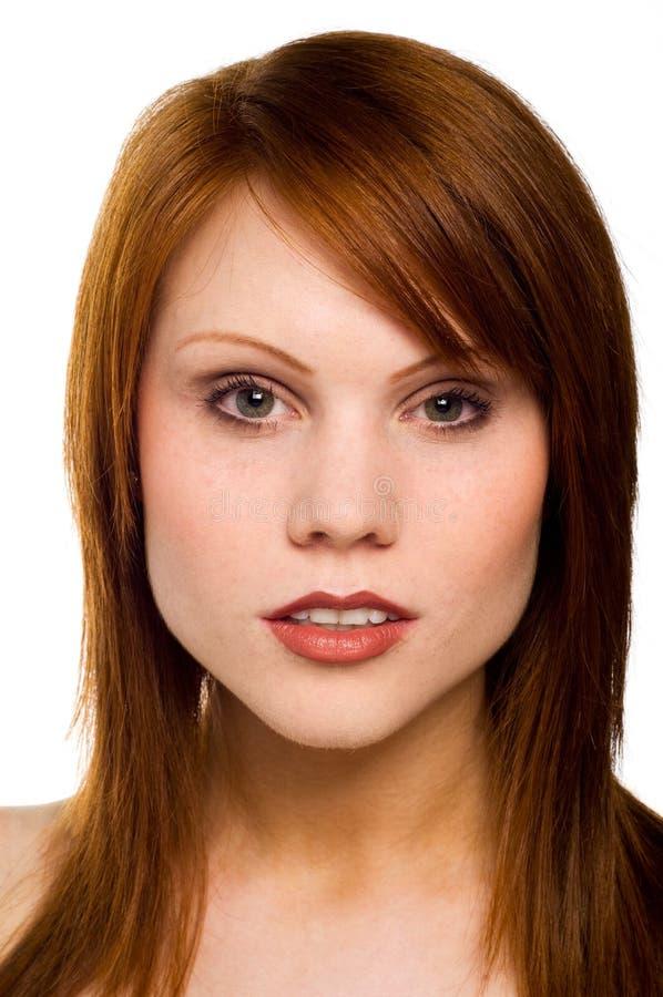 Odizolowywająca na biel piękna młoda czerwona z włosami kobieta zdjęcie royalty free