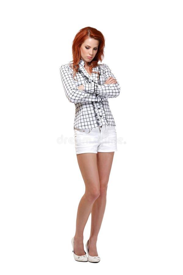 Odizolowywająca na biel rudzielec smutna kobieta zdjęcia stock