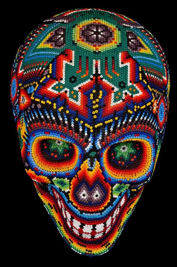 Odizolowywająca na czerń z paciorkami czaszka obraz stock