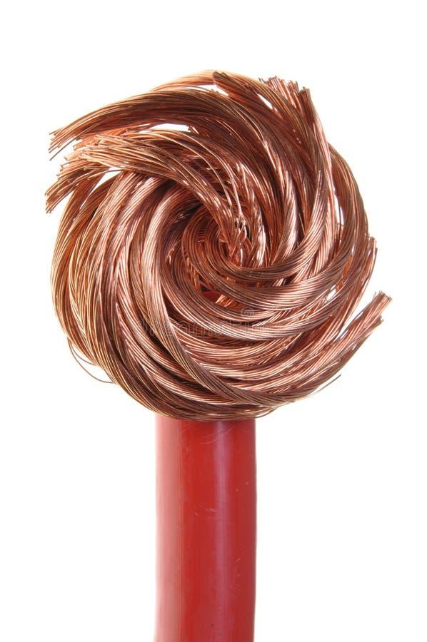 Odizolowywający na biel czerwony miedziany kabel fotografia stock