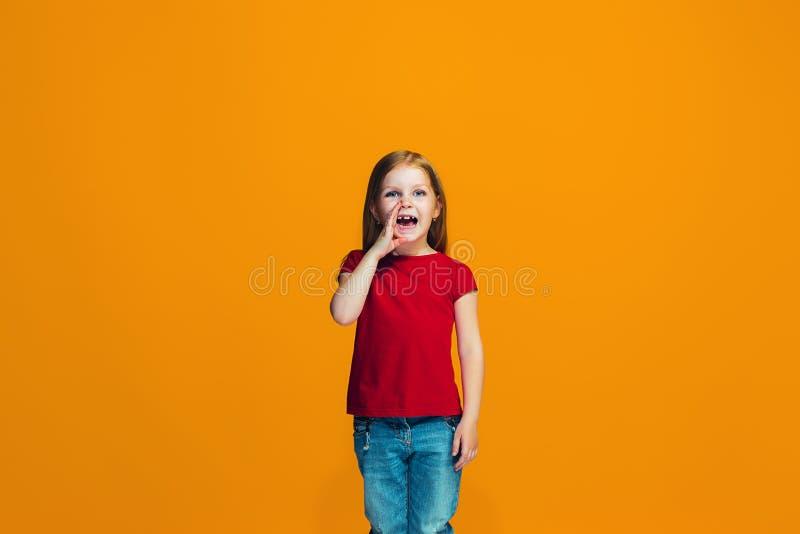 Odizolowywający na różowej młodej przypadkowej nastoletniej dziewczynie krzyczy przy studiiem obrazy stock