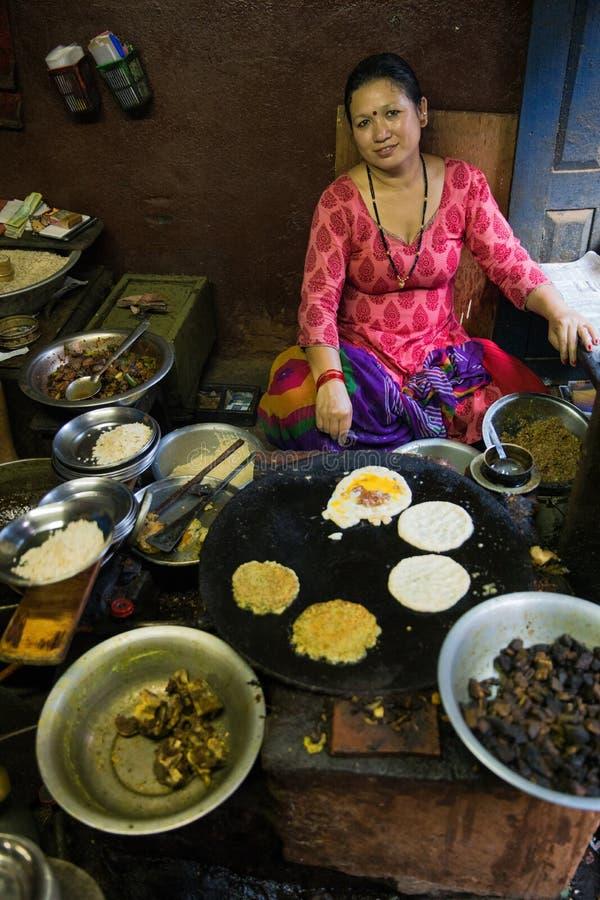 odizolowywający nad białą kobietą backgroung kucharstwo zdjęcia stock