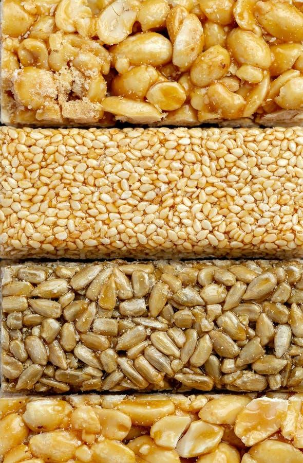 odizolowywający nad biel prętowy tła granola Zdrowa słodka deserowa przekąska Sezam, hazelnut, słonecznik w miodzie Gozinaki jest zdjęcia royalty free