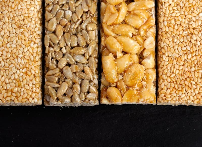 odizolowywający nad biel prętowy tła granola Zdrowa słodka deserowa przekąska Sezam, hazelnut, słonecznik w miodzie Gozinaki jest fotografia stock
