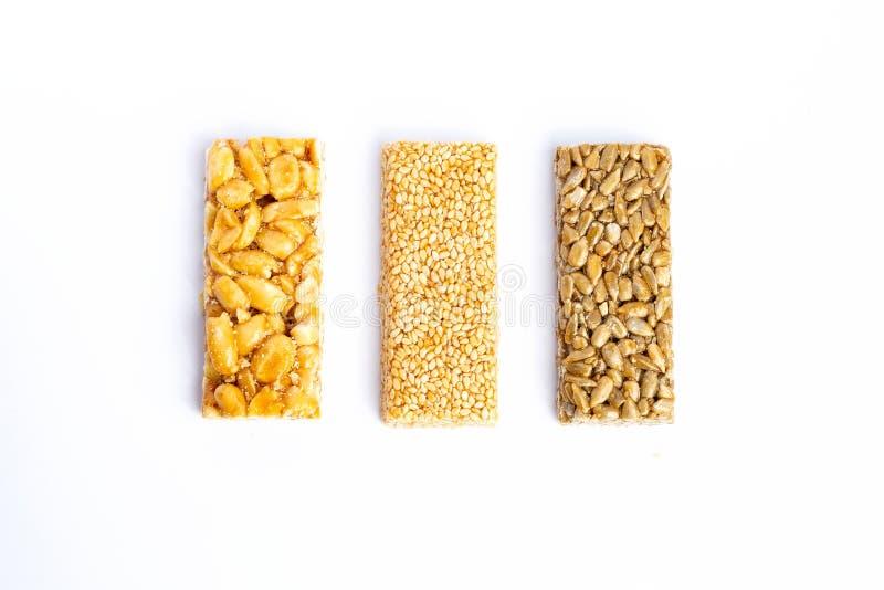 odizolowywający nad biel prętowy tła granola Zdrowa słodka deserowa przekąska Sezam, hazelnut, słonecznik w miodzie Gozinaki jest zdjęcie stock