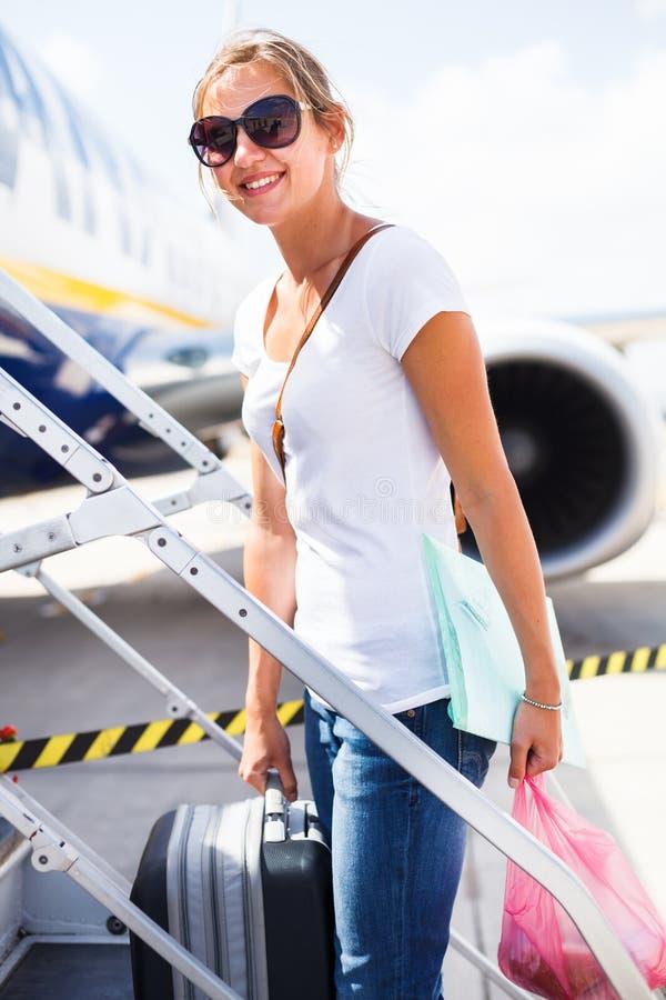 Download Odjazd - Młoda Kobieta Przy Lotniskiem Zdjęcie Stock - Obraz złożonej z lotnisko, odjazdy: 28963534