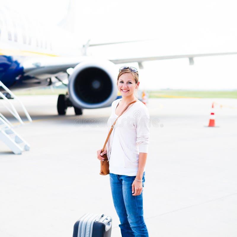 Download Odjazd - Młoda Kobieta Przy Lotniskiem Obraz Stock - Obraz złożonej z smiling, urlop: 28963549