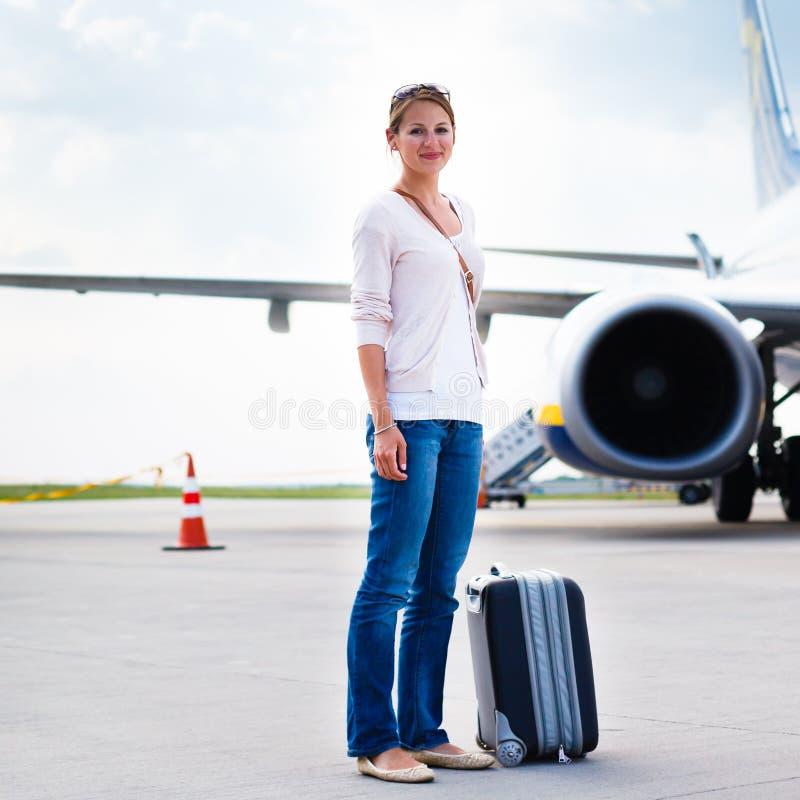 Download Odjazd - Młoda Kobieta Przy Lotniskiem Zdjęcie Stock - Obraz złożonej z przyjeżdżający, femaleness: 28963554