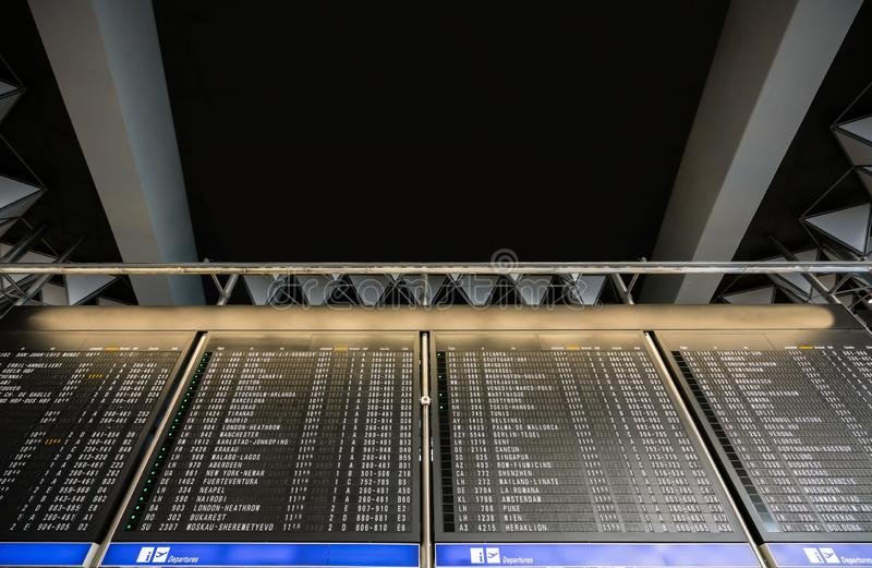 Odjazdy Timeboard w nowożytnym lotnisku z kopią i przyjazdy interliniują tekst tutaj Lota rozkładu zajęć rozkładu ekran dla inter obrazy royalty free