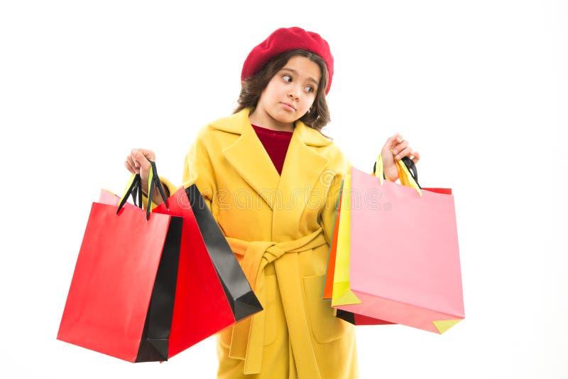 Odkryj wspaniałe oferty mody Ofiara mody Uzależniony kupujący Dziewczyna mody zmęczona zakupami Małe torby dla dzieci fotografia stock