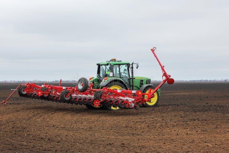 Odla traktoren i fältet arkivbild
