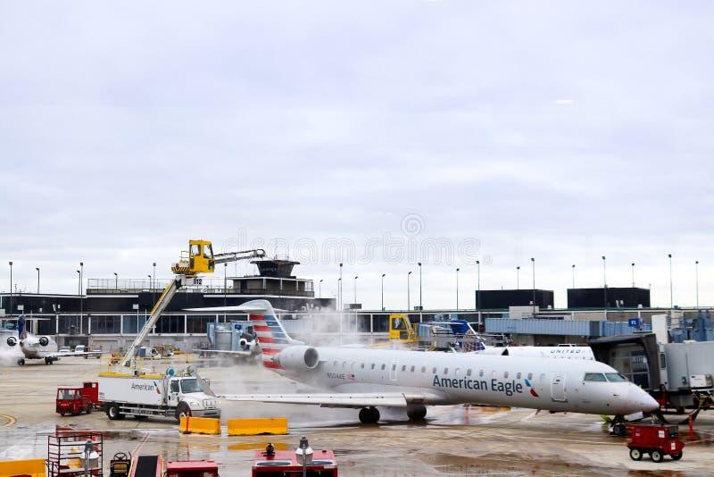 Odladzać odgórny amerykanina Eagle samolot przy OHare lotniskiem w Chicagowskim Illiniois usa - 1, 12 2018 - zdjęcia stock