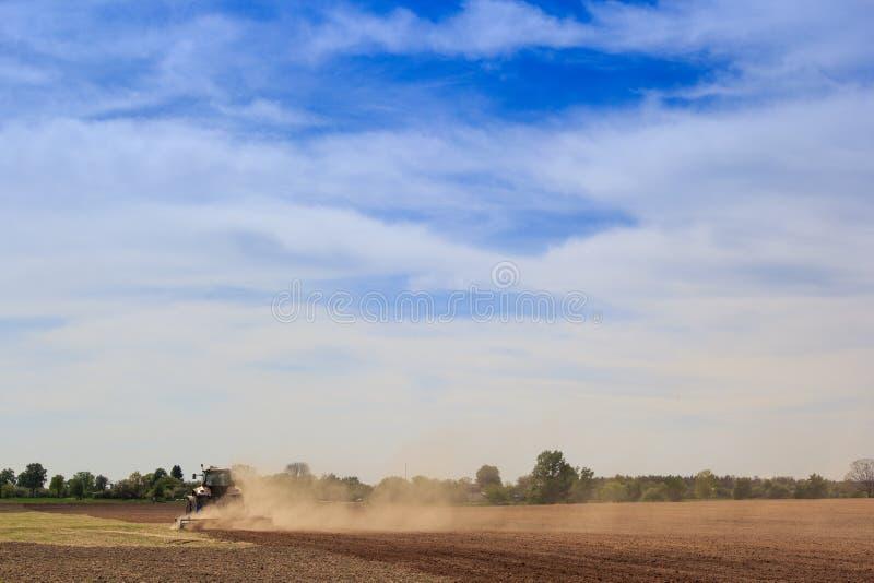 odlaren fungerar på plöjt damm för fältlönelyfter utmärkt arkivfoton