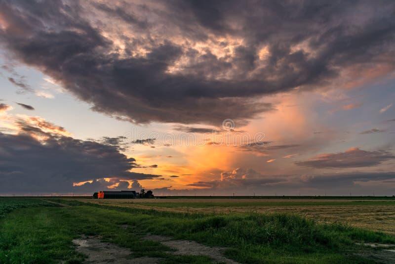 Odległe burze w Holandia i gospodarstwo rolne iluminujemy światłem położenia słońce obraz royalty free