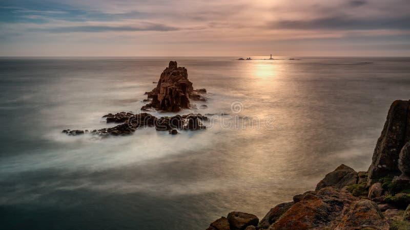 Odległy latarnia morska dukt, ziemie Kończy, Cornwall zdjęcie stock