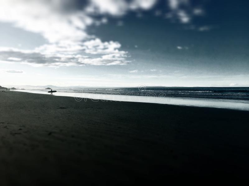 Odległy Plażowy surfingowa odprowadzenie W kierunku wody obraz royalty free