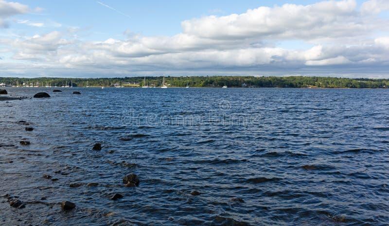 Odległy widok Belfast, Maine schronienie na chmurnym dniu zdjęcie royalty free