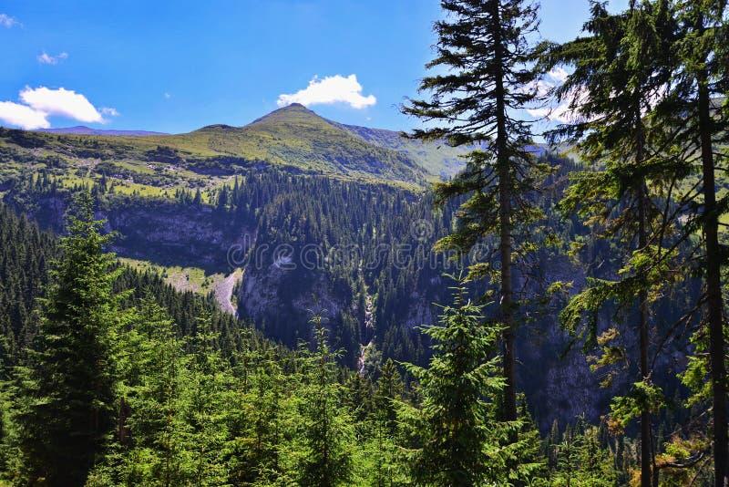 Odległy widok Cascada Cailor od Rodnei gór blisko Borsa obraz royalty free