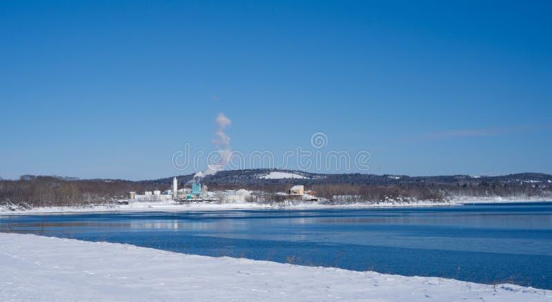 Odległy widok fabryka chemikaliów w zimie zdjęcia stock
