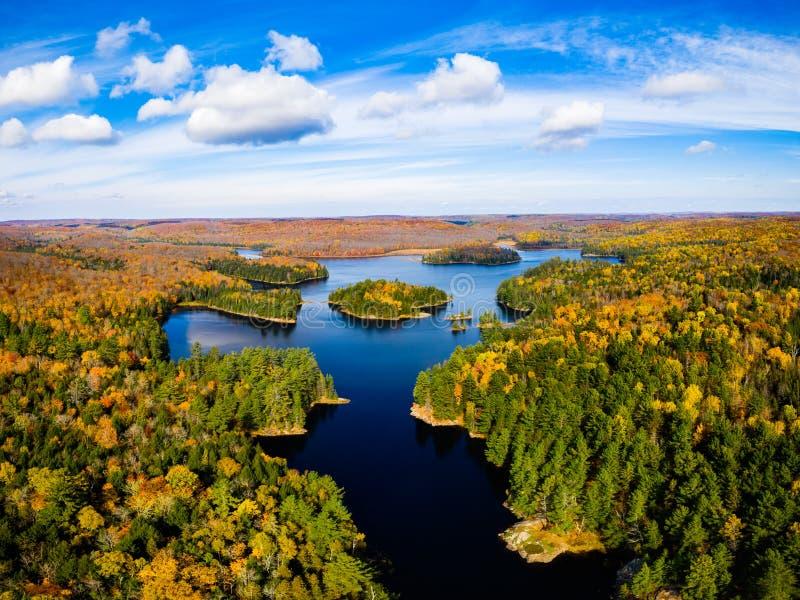 Odleg?y widok jezioro, wyspy i las, obrazy stock