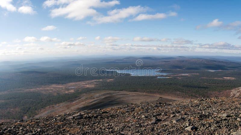Odległy widok na Jeziornym Luirojarvi w tajga lesie fotografia royalty free