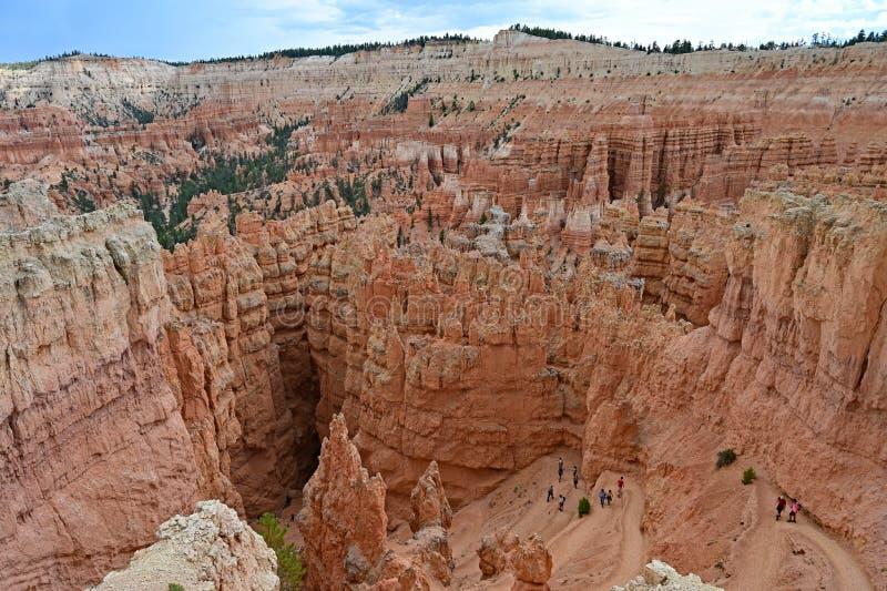 Odlegli wycieczkowicze na Navajo pętli Wlec w Bryka jaru parku narodowym obraz stock