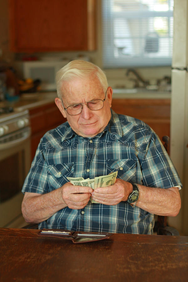 odliczający mężczyzna pieniądze senior fotografia stock