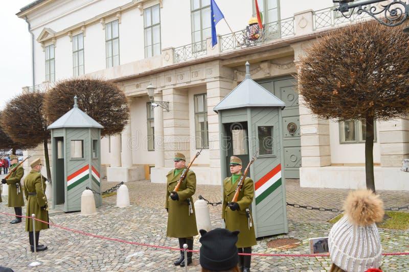 Odmienianie Ceremonialna elita piechota blisko Buda kasztelu w Budapest na Grudniu 30, 2017 zdjęcie royalty free