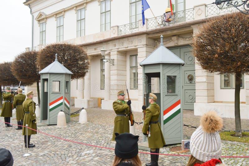 Odmienianie Ceremonialna elita piechota blisko Buda kasztelu w Budapest na Grudniu 30, 2017 zdjęcia stock