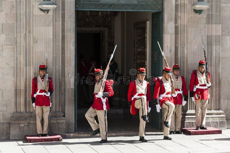 Odmienianie strażnicy na zewnątrz Palacio Quemado który jest popularnym imieniem denote Boliwijskiego pałac rząd obrazy royalty free