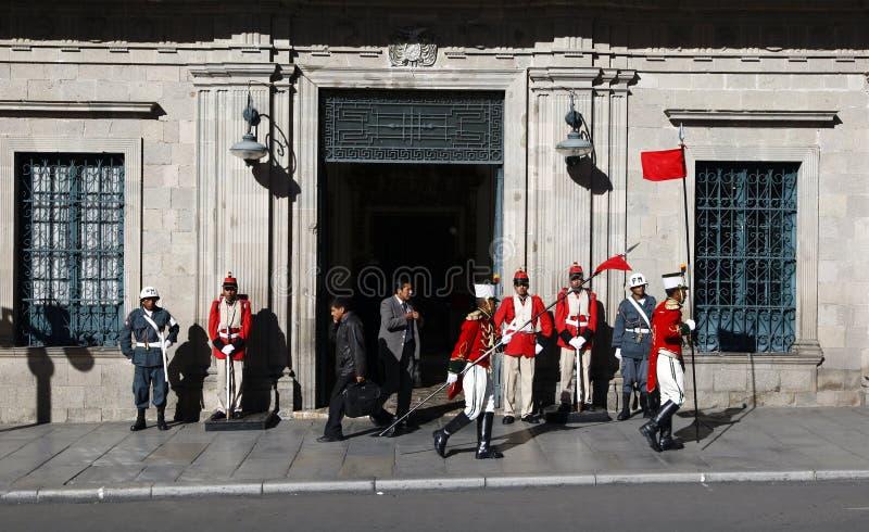 Odmienianie strażnicy na zewnątrz Palacio Quemado który jest popularnym imieniem denote Boliwijskiego pałac rząd fotografia stock