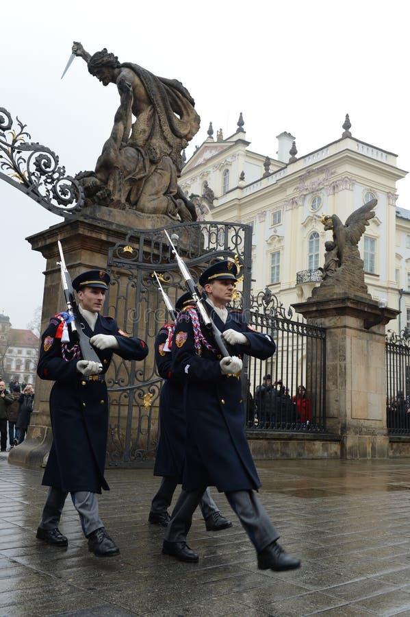 Odmienianie strażnik gwardie honorowe przy Prezydenckim pałac w Praga kasztelu obraz stock