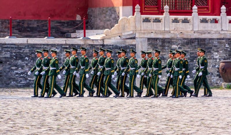 Odmienianie strażnik przy Niedozwolonym miastem, żołnierze maszeruje w formacji fotografia royalty free