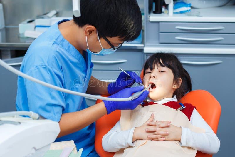 Odontología pediátrica, odontología de la prevención, concepto de la higiene oral imágenes de archivo libres de regalías