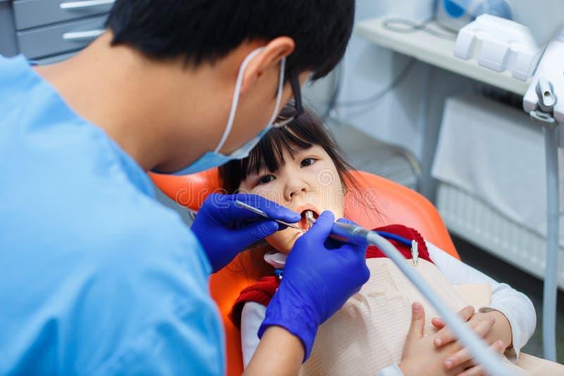 Odontología pediátrica, odontología de la prevención, concepto de la higiene oral fotografía de archivo