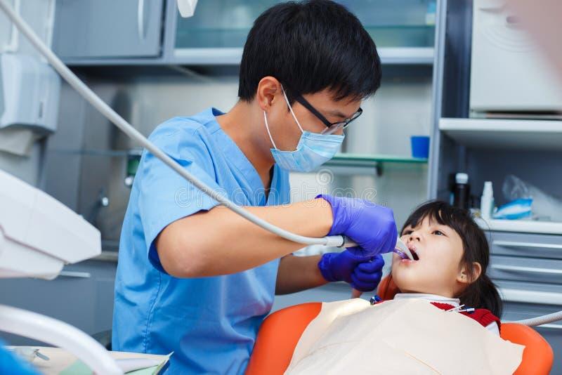 Odontología pediátrica, odontología de la prevención, concepto de la higiene oral imagen de archivo
