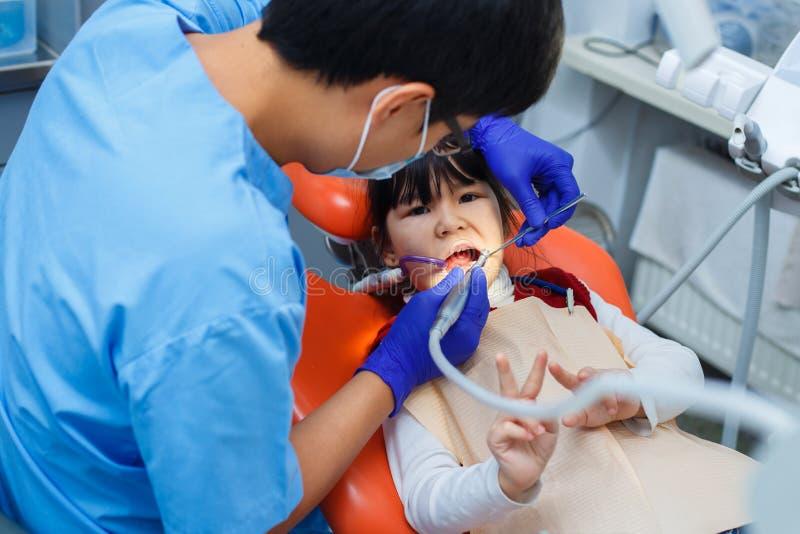 Odontología pediátrica, odontología de la prevención, concepto de la higiene oral fotografía de archivo libre de regalías