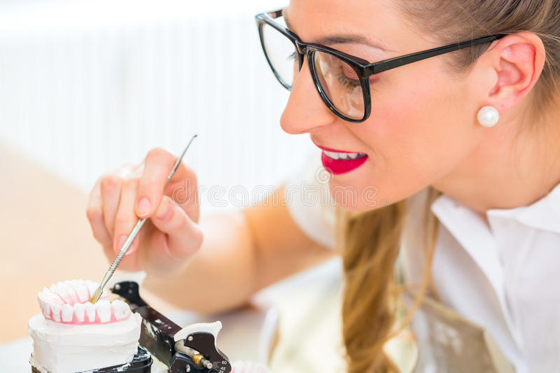 Odontotecnico producendo protesi dentaria immagine stock