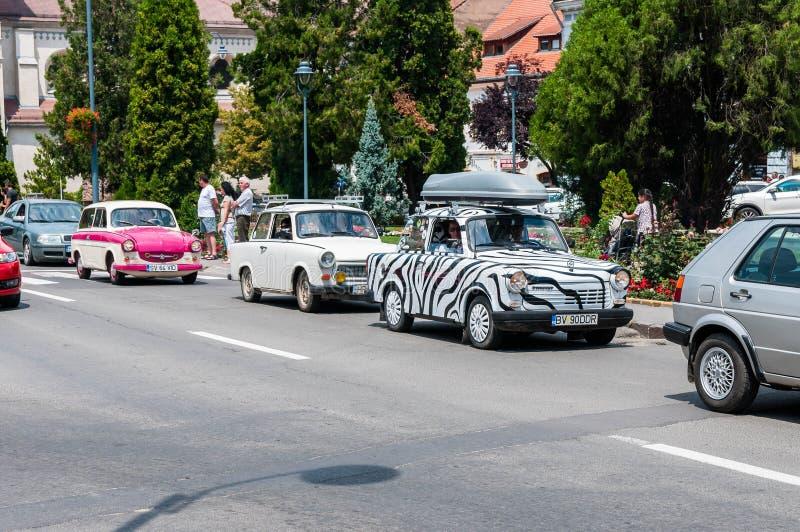 Odorheiu Secuiesc, Rumania 7 de julio de 2018: Trabant blanco 601 con las rayas negras en la demostración de coche local del vete imagenes de archivo