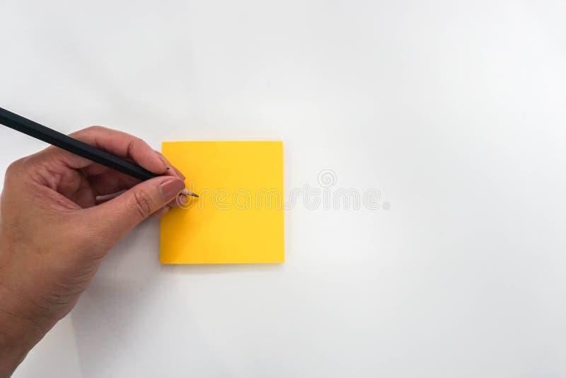 Odosobneni ludzie biorą notatka egzamin próbnego w górę postit dla przypomnienia obraz stock