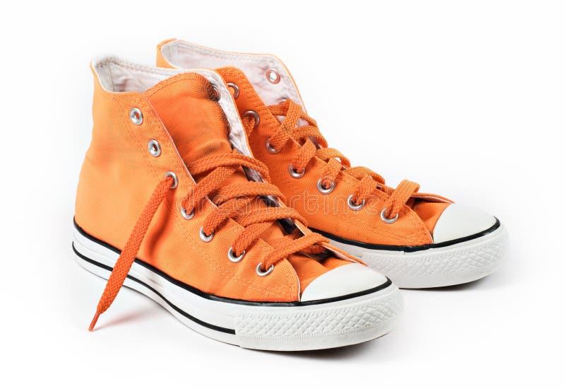 odosobneni pomarańczowi sneakers zdjęcie royalty free