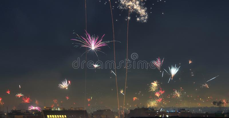 Odosobneni szczęśliwi nowy rok fajerwerki nad dachami Wiedeń w Austria zdjęcie stock