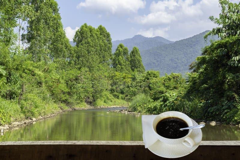 Odosobniona Gorąca kawa Stawia szkło biel z przypadkową przerwą dla zdjęcia royalty free