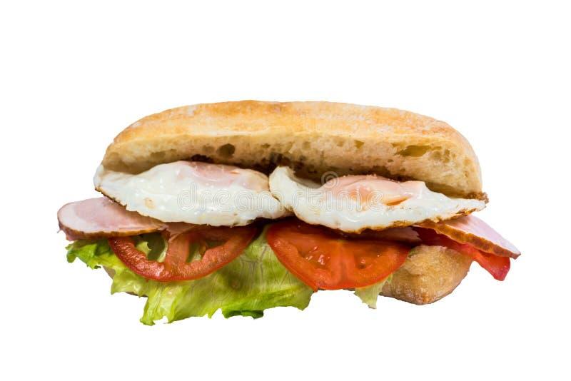Odosobniona kanapka smażył jajko, bekon, świezi warzywa fotografia royalty free