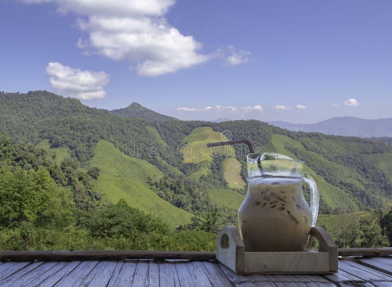 Odosobniona Lukrowa kawa w szklanym słoju na Bambusowym posadzkowym Backgroun obrazy royalty free