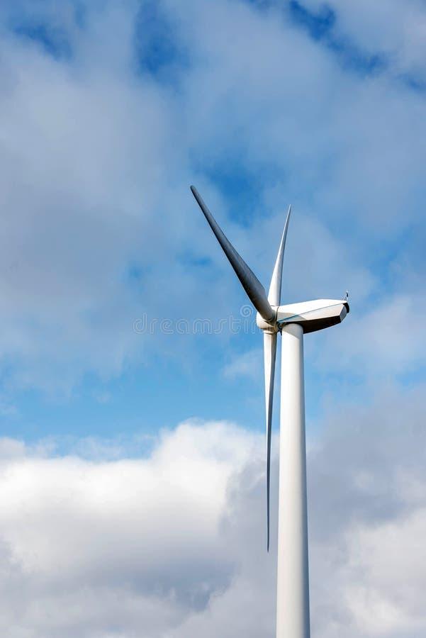 Odosobniona sylwetka windturbine energetyczny generator na błękitnym chmurnym niebie przy wiatrowym gospodarstwem rolnym w German zdjęcia stock
