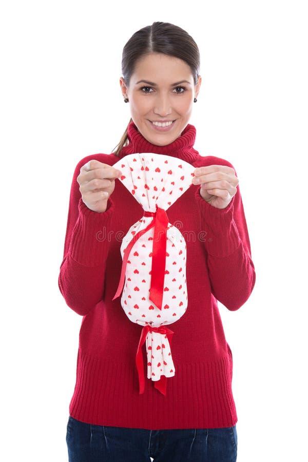 Odosobniona uśmiechnięta młoda kobieta trzyma teraźniejszość w jej Han w czerwieni fotografia royalty free